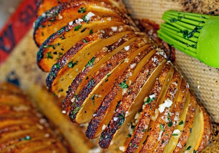 Ces patates sont super faciles à faire et absolument délicieuses. C'est ce que les anglais appellent des Hasselback potatoes!