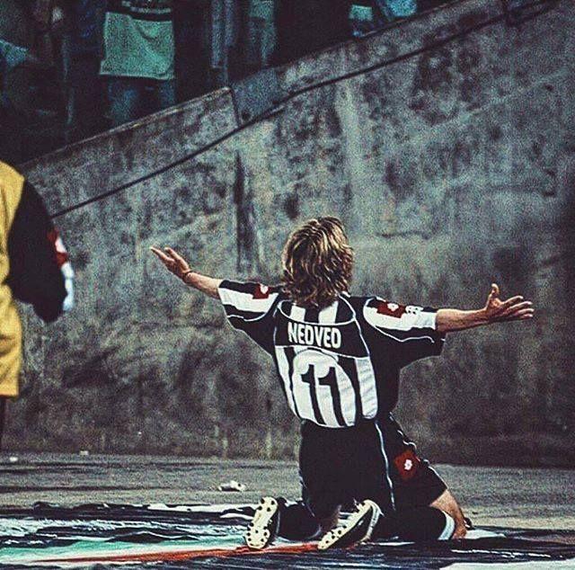 El gran Pavel Nedved celebra un gol de la Juve