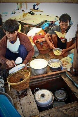 Nelayan di kapal Pak Darji yang sedang menyiapkan makan siang. #PulauBiawak