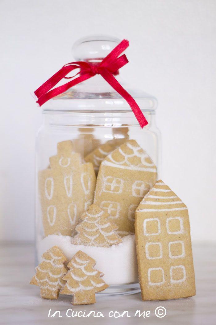 Un'idea regalo golosa, casette di pasta frolla profumate alle nocciole, rinchiuse in un barattolo innevato