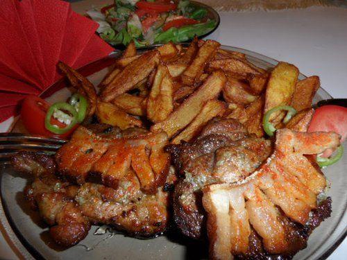 Egy tradicionális Magyar étel, elronthatatlan receptje. Hozzávalók: 1 kg tarja 30 dkg füstölt szalonna 8 gerezd fokhagyma legalább fél kg vöröshagyma só ,bors pirospaprika Elkészítés: A cigánypecsenye tarjából készítve a legfinomabb....