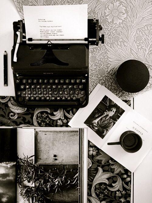 Mi scriva. Scrivere è come baciare, solo senza labbra. Scrivere è baciare con la mente. (Daniel Glattauer)