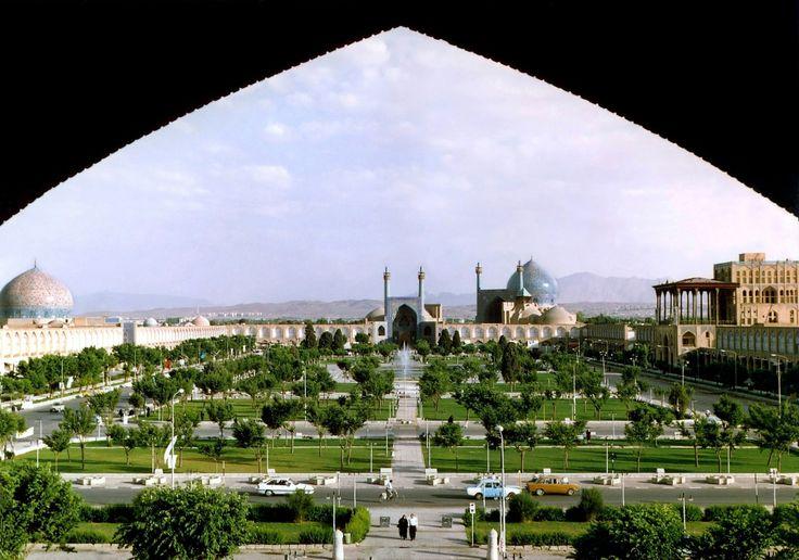 Isfahan, Irán. Uno de los lugares a los que quiero ir antes de morir. Una verdadera lástima la terrible situación económica, político, y social que se vive ahí en estos momentos. Precioso país, culturalmente riquísimo.