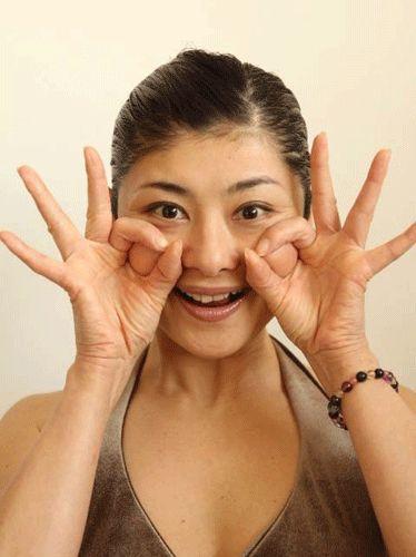 Поднимаем щеки по-японски от Mamada Yoshiko (TaКeiko)  Шаг 3. Соедините большой и указательный пальцы «колечком» и приложите к яблочкам щек, как на фото. Прижмите и подтяните немного вверх, приподнимая таким образом и яблочко щеки, находящееся в этом колечке. Удерживая достигнутое в предыдущих двух шагах положение – улыбку, выдвинутую челюсть и натянутую нижнюю губу, - задержитесь в этом конечной позиции на 10 сек. Затем отпустите напряжение и расслабьтесь.