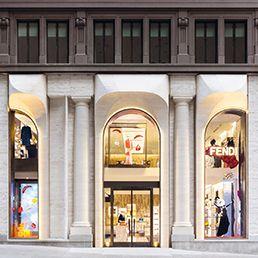 Il 2014 è stato un anno positivo per Fendi, il 2015 potrebbe esserlo ancora di più. Le novità non mancano: ai primi di marzo partirà l'e-commerce, gestito internamente, e in occasione della settimana della moda di New York verrà inaugurato il flagship store di Madison Avenue, all'altezza della 57.a Strada, a un isolato da Bergdorf Goodman, il department store del lusso che per primo, fuori dall'Italia, offrì una vetrina alle sorelle Fendi e alle loro pellicce, all'inizio degli anni '70.