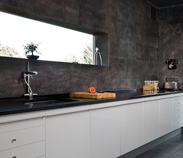 De la cocina con la gran ventana rectangular con vistas a for Ventanas de aluminio para cocina