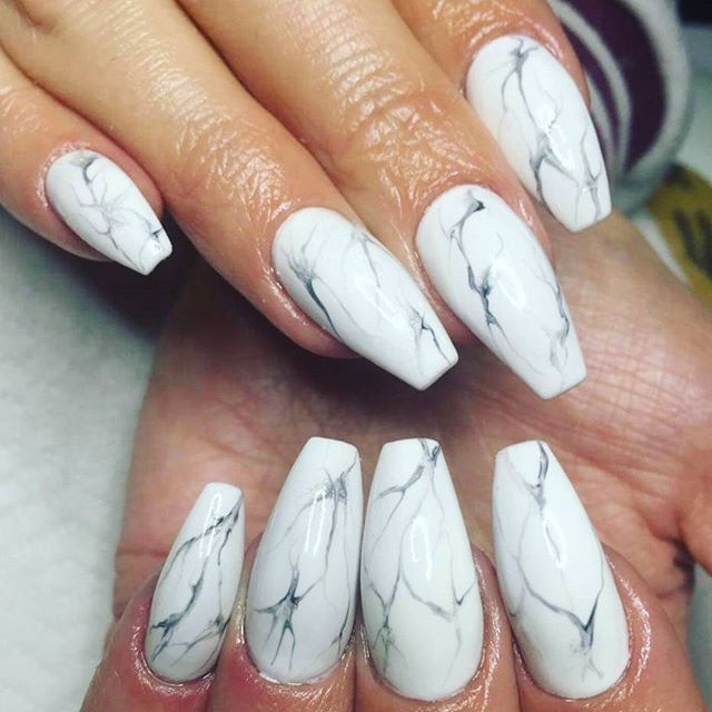 """Pin for Later: """"Marble Nails"""" sind der schickste, minimalistische Nagel-Trend """"Marble Nails"""" Nageldesign Ideen"""