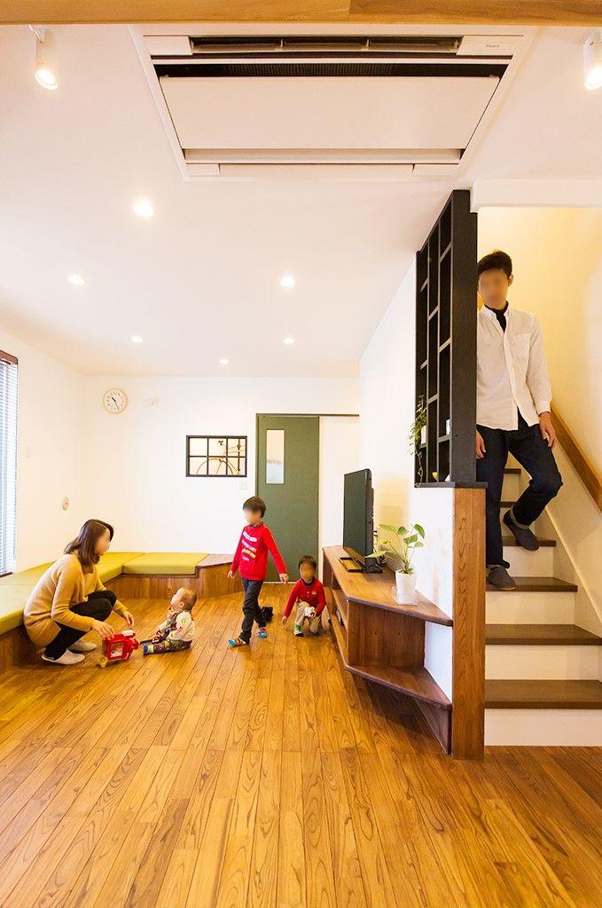 効果的に組み合わせた折り下げ天井と 照明が空間に段差と奥行きを