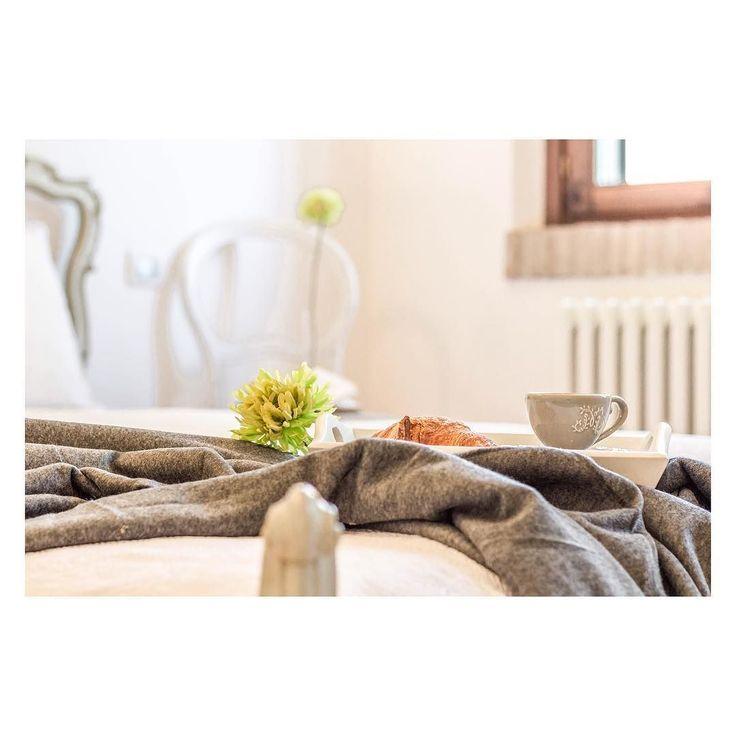 HOME STAGING DETAILS   I dettagli fanno la differenza si sa.  Ma pochi  sanno che POCHI dettagli fanno la differenza. TANTI dettagli (immaginate una  vetrina piene di bomboniere ) creano confusione.  Details are important.  But too much things all around your home just make a mess  #homestaging #homedecor #homedecotation #bedroom #breakfast #interiorphotography #fotografia #interni #arredo #arredocasa #flower #fiori #class #amazing #igersmodena #ig_modena