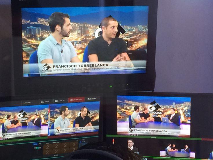 Con paco Lorente durante la grabación de la entrevista sobre creatividad para el programa de Juan Carlos Yepes Negocios en TeleMedellín