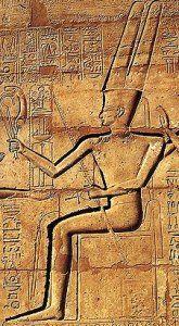 """Divinités Amon (ou Râ):""""Le caché"""", il est représenté assis sur un trône, tel un pharaon, avec une haute couronne de plumes symbolisant l'aspect solaire du dieu.Souvent, il prend le nom d'Amon-Rêet devient le soleil qui donne la vie au pays.Ses représentations animales sontl'oie, peut-être à mettre en rapport avec le mythe de la création du monde, et surtoutlebélierlorsqu'il symbolise les forces créatrices.Il est encoreAmon-Minet devient le taureau procréateur des hommes et des…"""