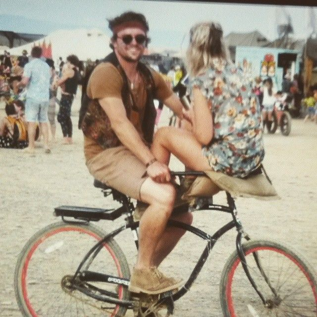Me and my human rocking one bike in the desert #africaburn #crazylove #als is reg hier ♡  @fabiomarcoandco