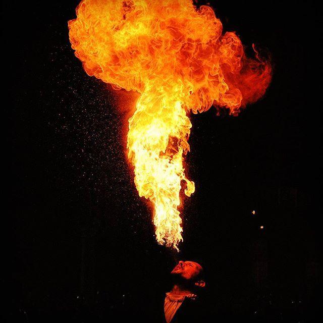 """@vinc_sum """"Chi teme di scottarsi non giocherà col fuoco ma gliene rimarrá sempre il desiderio"""" #igersferrara #rinascife2016 #carnevale2016 #mangiafuoco"""