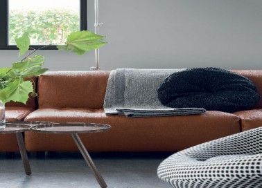 Un salon contemporain en dégradé de gris booster par un canapé en cuir camel. Plus de photos sur Déco Cool http://petitlien.fr/7vp7