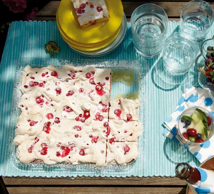 Rezept für Johannisbeer-Baiser-Kuchen bei Essen und Trinken. Ein Rezept für 30 Personen. Und weitere Rezepte in den Kategorien Eier, Getreide, Milch + Milchprodukte, Obst, Kuchen / Torte, Backen, Einfach, Gut vorzubereiten.