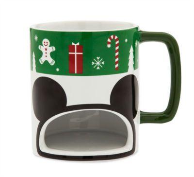 Notre mug support de biscuit de Noël sert de la joie festive avec des boissons chaudes de fête. Ce modèle représente la vedette de Disney parmi des arbres de Noël et des flocons de neige, et comporte une fente pour contenir un biscuit !