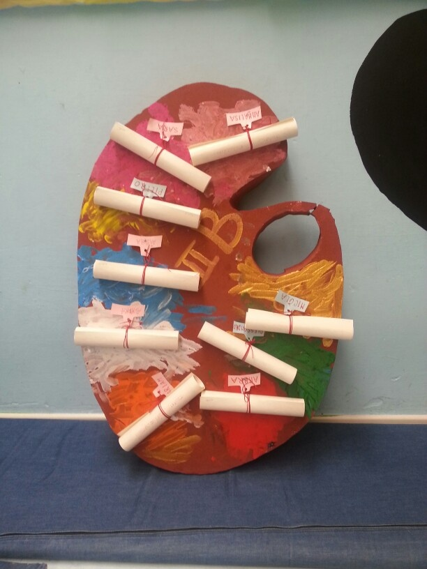 Progetto arte.tavolozza con diplomi dei bimbi dell'ultimo anno della scuola infanzia