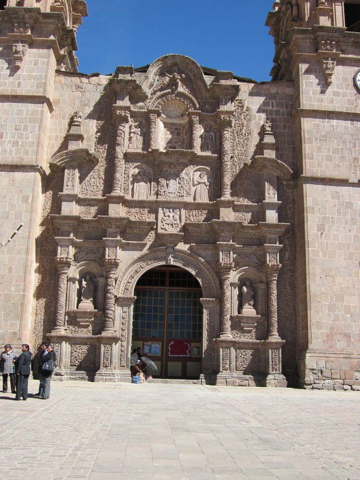 Die Kathedrale von Puno in Peru.   Puno ist nicht gerade die schönste Stadt von Peru, doch es ist der Ausgangsort für Ausflüg an den schönen Titicacasee (Lago Titicaca, Titicaca Lake).   Der Titicacasee liegt auf 3.810 Meter Höhe und es handelt sich um den am höchsten gelegenen schiffbaren See weltweit.