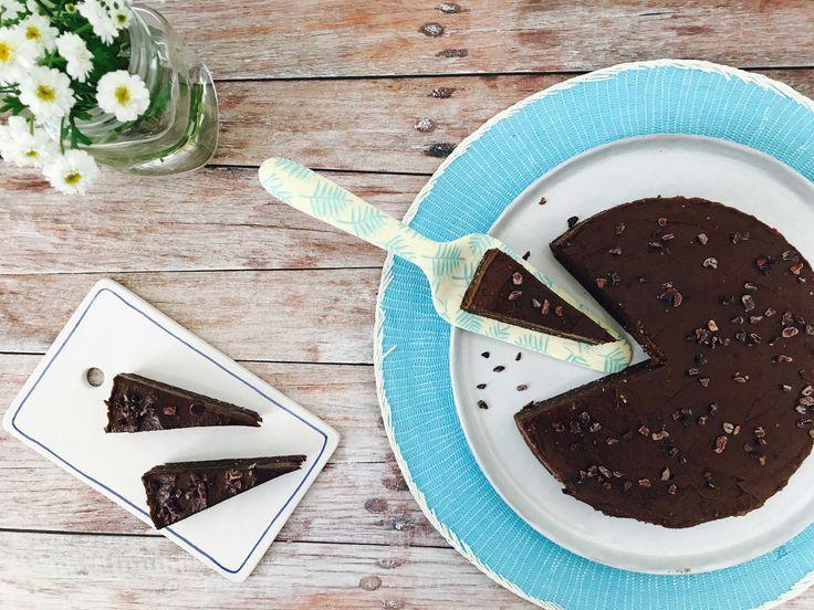 """I dag byder jeg på en fantastisk lækker raw chokoladekage med et tykt lag choko-banan-creme på toppen. Vi kaldte den først en """"raw gateau marcel"""" men jeg synes faktisk, det er lidt uforskammet at blande banansmag ind i en gateau marcel, så nu har jeg valgt et noget længere navn! Jeg lavede denne chokoladekage somLæs mere"""