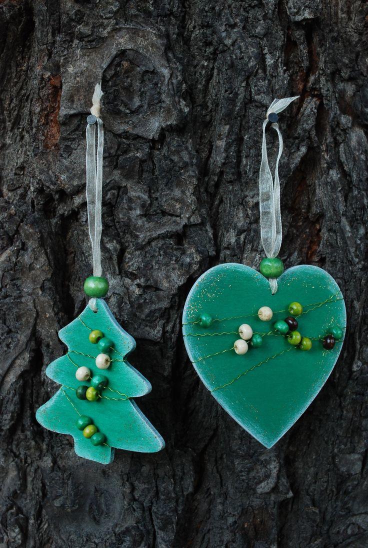 Vánoční+ozdoby+-+dřevěné+korálky+001+Vánoční+ozdoby+z+překližky.+Ručně+malované+z+obou+stran.+Opatřené+jemnou+bílou+patinou+a+perletí.+Dozdobené+barevnými+perličkami.+Stužka+na+zavěšení.+Vhodné+na+ozdobu+vánočního+stromečku,+ale+i+pro+jakoukoliv+vánoční+dekoraci.+Set+obsahuje+3+ks+(1x+stromeček,+1x+sob,+1x+srdce).+Rozměry+cca:+7+cm+barva:+zelená+Každý+kus+je...