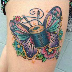 Schmetterling-Spulen-Tattoo #Tattoo #ink #Handarbeit #crafty #selbermachen #diy #fancywork #Garn #Spule #Faden #nähen #sewing #Schmetterling #Blumen #Blüten #bunt #Farben #Nadeln #Nähnadel