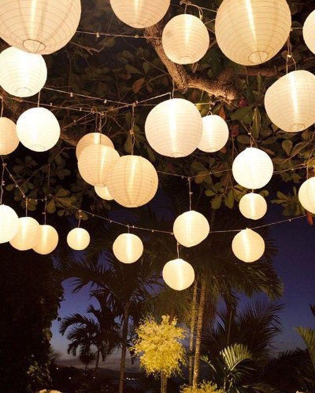 Romantische aankleding met de glanzende nylon lampionnen. Nylon lampionnen zijn ideaal voor buiten gebruik omdat ze weersbestendig zijn. Kijk eens op onze site voor de mogelijkheden. http://www.lampion-lampionnen.nl/c-3179268/nylon-lampionnen/  #lampion #wedding #weddingIdeas #trouwen #tuin #feest #versiering #aankleding #decoratie #events #styling #garden #love #party #huwelijk #trouwfeest #paperlanterns #nylon #design @lampionlampionnen.nl #lampion #wedding ceremonie #wedding paperlanterns