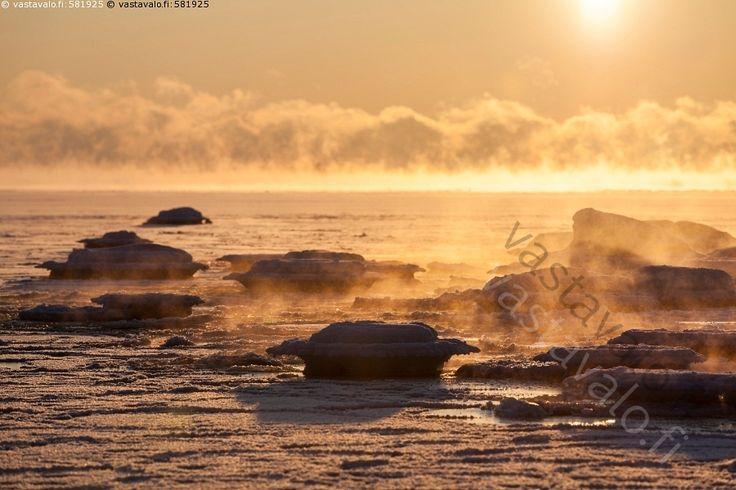 Höyryävä meri ilta-auringossa - Itämeri auringonlasku aurinko höyry ilta-aurinko jäinen jäiset jää jäätyvä kivet kivi kylmyys kylmä meri merisavu merisumu pakkanen pakkasella ranta rantakivet rantakivi sumu talvi talvinen tammikuu usva vesi väri värit