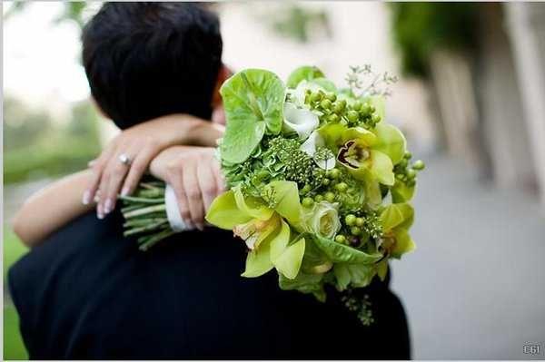 Para tu #BodaVerde elige un bouquet donde predominen los tallos verdes, las calas o las hortensias de este color