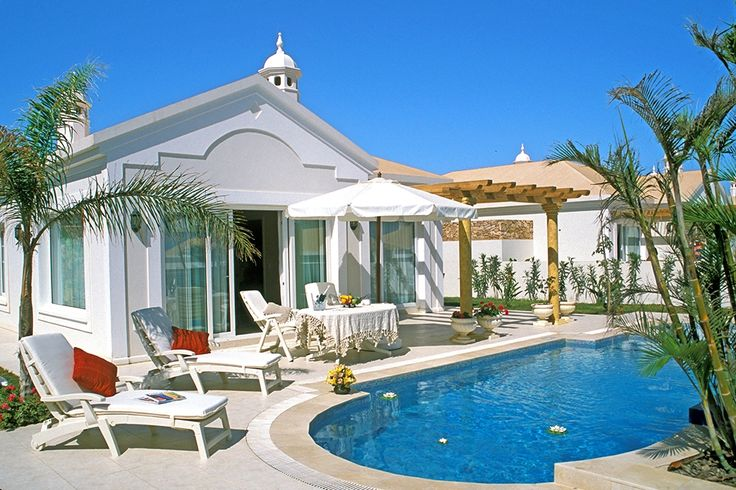 Description: Luxe topkwaliteit vakantievilla's met privé zwembad Privé zwembad bij je rustig gelegen villa Verstopt op een groot en rustig domein omringd door kunstig geknipte grasperken en prachtige stenen paden pronken rustig en weltevree de buitengewone Alondra Villa's onder de strakblauwe hemel. Alles aan dit resort ademt topkwaliteit uit. Niet alleen de villa's maar ook het hele resort dat parkachtig aangelegd is. Elk vakantiehuis heeft zijn eigen tuintje zonneterras en zwembad om je…