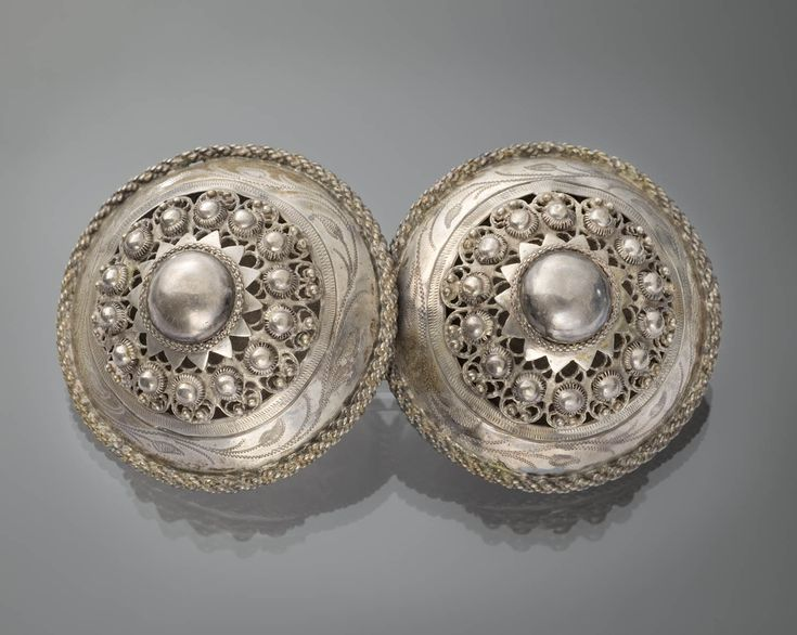 Zilveren broekstukken. Gedragen door man of jongen van Zuid-Beveland. De broekstukken zijn vervaardigd in 1886. #Zeeland #ZuidBeveland