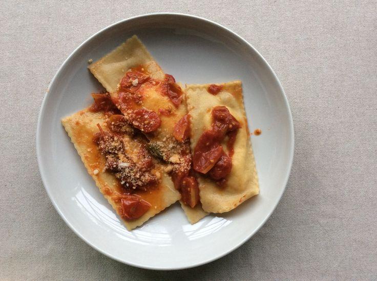 Sorrisi ripieni di ricotta e formaggi al sugo di pomodorini freschi.