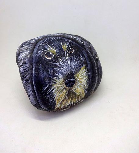 piedras pintadas - perro grifon azul de gascuña   por pedretaderiu