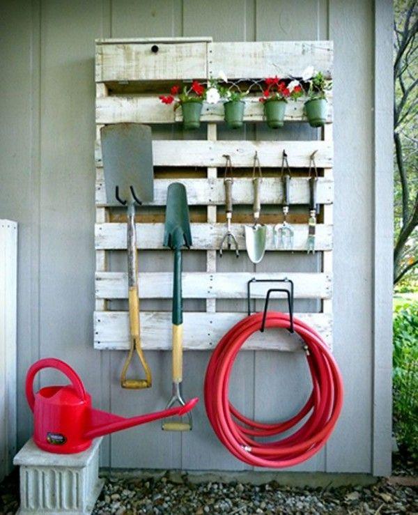 Une palette pour ranger les accessoires et outils de jardinage
