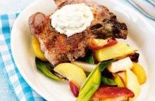 Kotletter med pepparrot, ugnsrostade rotfrukter och äpplen Receptbild - Allt om Mat