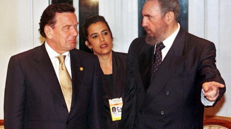 Bundeskanzler Gerhard Schröder (SPD, l.) trifft nach seiner Ankunft in der brasilianischen Metropole Rio de Janeiro am 27. Juni 1999 mit Kubas Staats- und Parteichef Castro zusammen