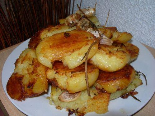 Je faisais les pommes de terre au four de cette manière, mais la bonne idées de Jamie Oliver a été de les écraser à moitié cuisson ce qui donne un résultat extra. Ingrédients : - des pommes de terre - de l'huile d'olive, ou bien de la graisse de canard...