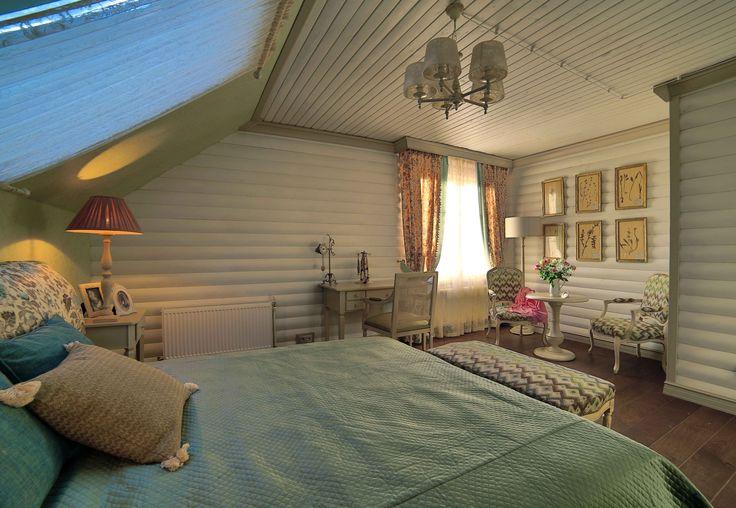 Традиционный загородный дом, красивое сочетание белого и холодного бежевого оттенка с орнаментальным рисунком в отделке. На этот интерьер  радостно смотреть.