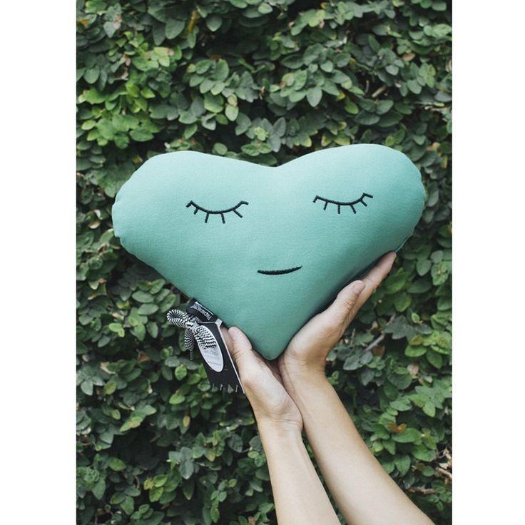 Cojín corazón, color Verde jade. La colección Criaturas está creada para inspirar, jugar y soñar. Para niños de 0 a 99 años.