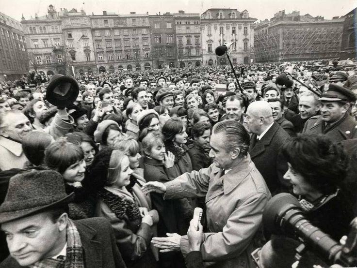 29 listopada 1970 , Premier Francji, Jaques Chaban-Delmas z wizytą na krakowskim Rynku. Na fotografii widoczny jest również Józef Cyrankiewicz.