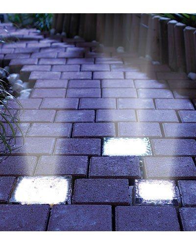 Ce pavé transparent équipé d'une batterie solaire et de plusieurs LED peut être encastrée dans une allée dallée pour baliser un chemin avec style.