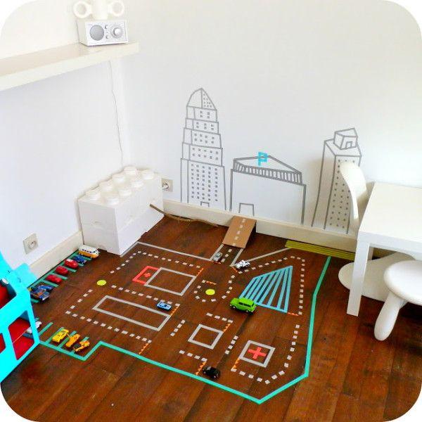 床に直接貼っても剥がしやすい マスキングテープを利用して トミカなどで遊べるサイズの 道やパーキングなどを作れちゃう! 男の子は大喜びですね!