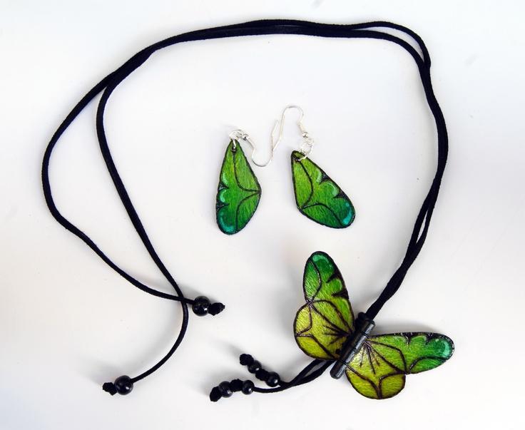 Collar mariposa -   Alas en pepa de mango,   cuerpo en madera,   acabados en pirograbado,   cuero gamuzado