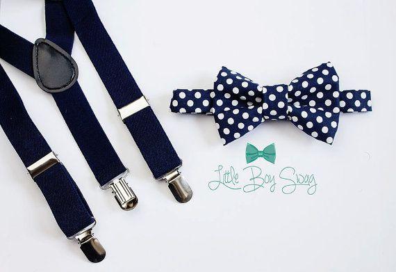 Marine Hosenträger mit einer navy und weiß gepunkteten Fliege   Ein großer Satz für Groomsman, Trauzeuge oder Ring-Träger! Wir können benutzerdefinierte machen jede für Ihre Hochzeitsfeier Farbe/Muster. Diese Fliege kommen in die Möglichkeit, vorab vertraglich gebundenen oder traditionelle selbst Krawatte Stile machen es einfach für jedermann zu tragen und sehen toll aus!   Was Sie wissen müssen   Die Strapse: Haben Sie 3 Clips, die 3/4 breit und behaglich auf das Kind Hosen Fit sin...