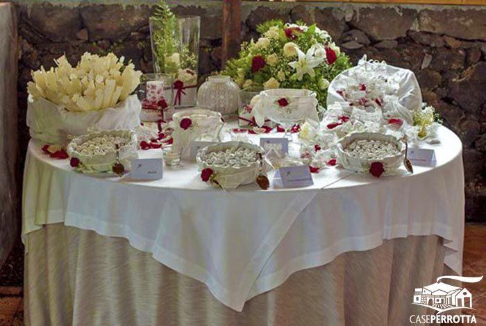 Allestimento confettata rossa matrimonio con confetti gusti vari