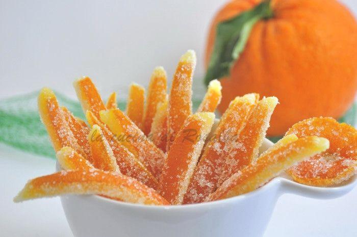 scorze di arancia candite sono deliziosi dolcetti della pasticceria tradizionale siciliana, utilizzate per arricchire i dolci o mangiate...una tira l'altra
