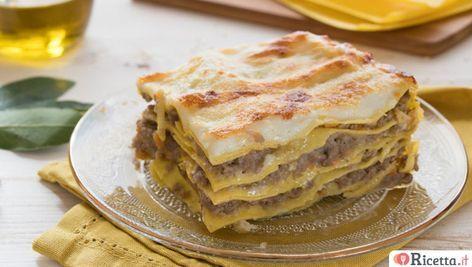 Le lasagne al ragù bianco sono un primo piatto succulento e saporito: sfoglie di pasta fresca alternate a strati di ragù bianco, besciamella e parmigiano.