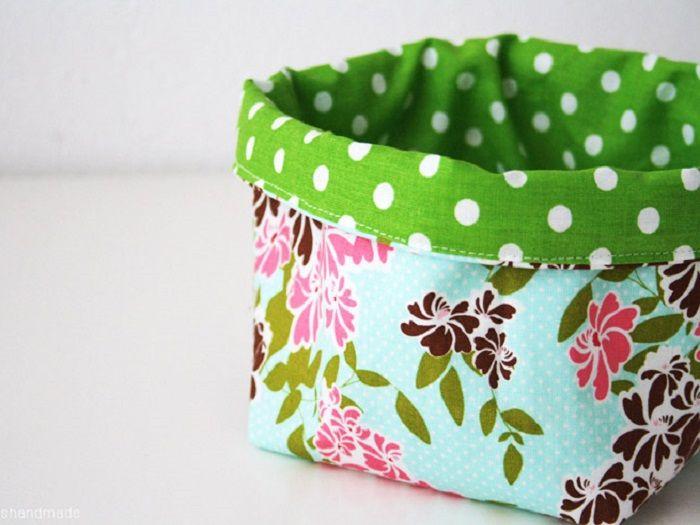 Scopri come noi come realizzare un piccolo cestino in tessuto colorato, per riporre i tuoi accessori da cucito.