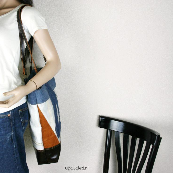 Zeiltas van een hergebruikt zeil. Gecombineerd met een oude jeans en leer wat afkomstig is van een oude leren bank. www.upcycled.nl Upcycled sail bag