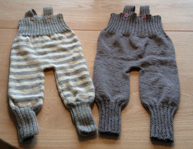 To par baby overalls str. 6 måneder efter opskrift fra Stof 2000. Ved det ene par fulgte jeg opskriften ved at strikke dem i to stykker, men ved par nr. to, strikkede jeg dem på rundpinde. Ved at s…