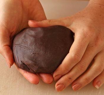 Cómo hacer fondant de chocolate. El fondant es una pasta de azúcar muy moldeable similar a la plastilina. Gracias a su facilidad a la hora de trabajarlo, se utiliza para decorar una infinidad de postres, entre los que destacan los cu...